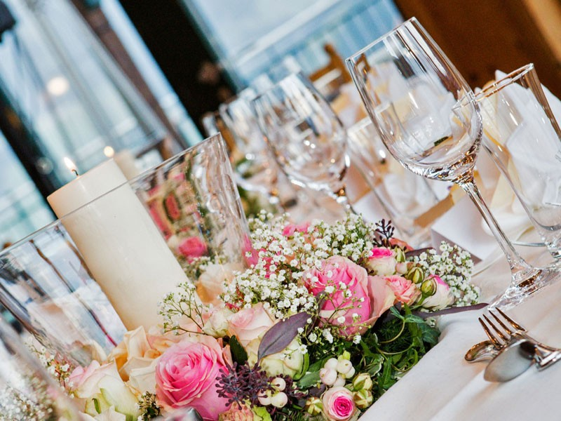 Hochzeitstafel mit Blumenschmuck